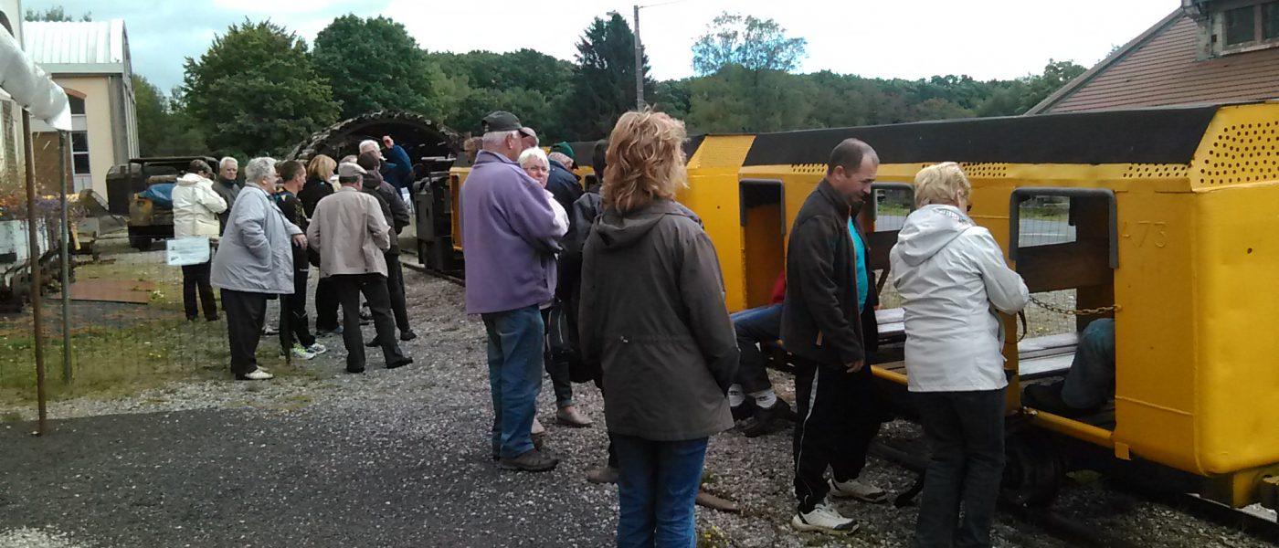 musée de la mine de messeix-Puy de dôme-Minerail-patrimoine industriel-train des mineurs- Locomotive entrainant le train des mineurs-groupe adulte